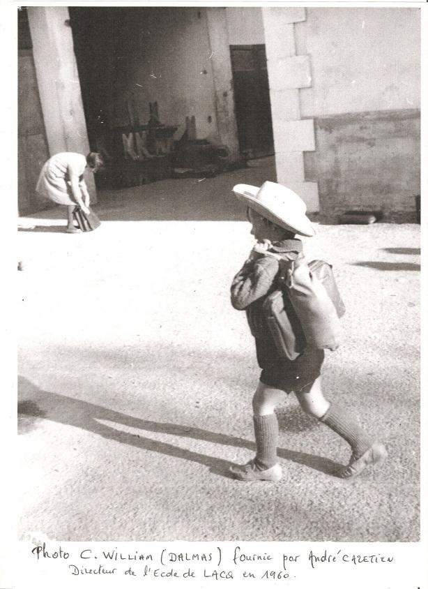 Lacq 1960 Elève arrivant à l'école avec masque à gaz obligatoire