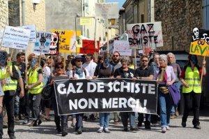 manifestation-contre-l-exploitation-du-gaz-de-schiste-a-donzere-le-16-avril-2011